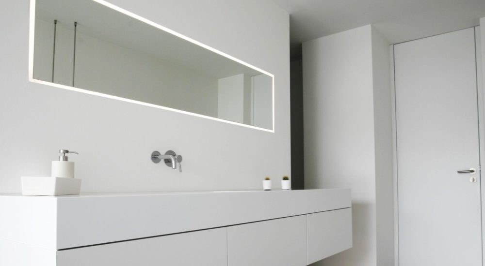 Flächenbündiger Spiegel mit Lichtfuge