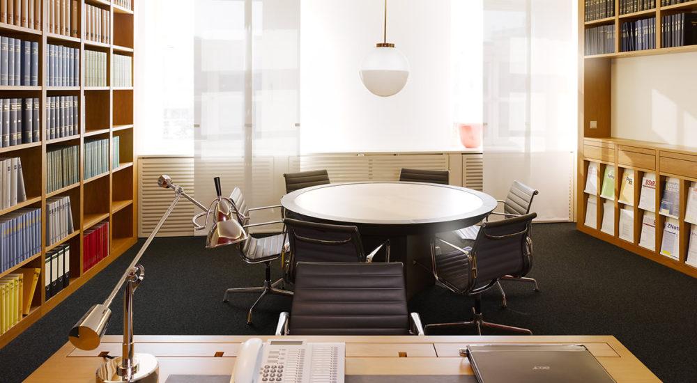 Schreibtisch und Regale