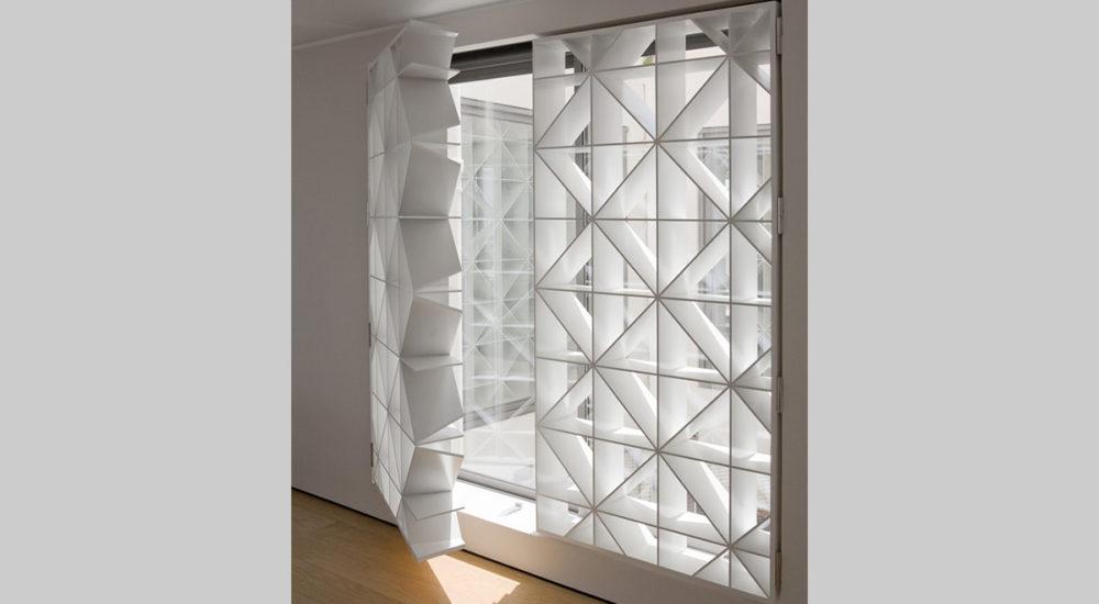 Lichtlamellen vor den Fenstern als Türe ausgelegt