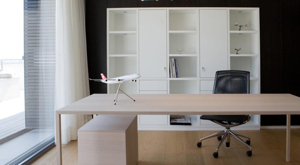 Schreibtisch vor Regal