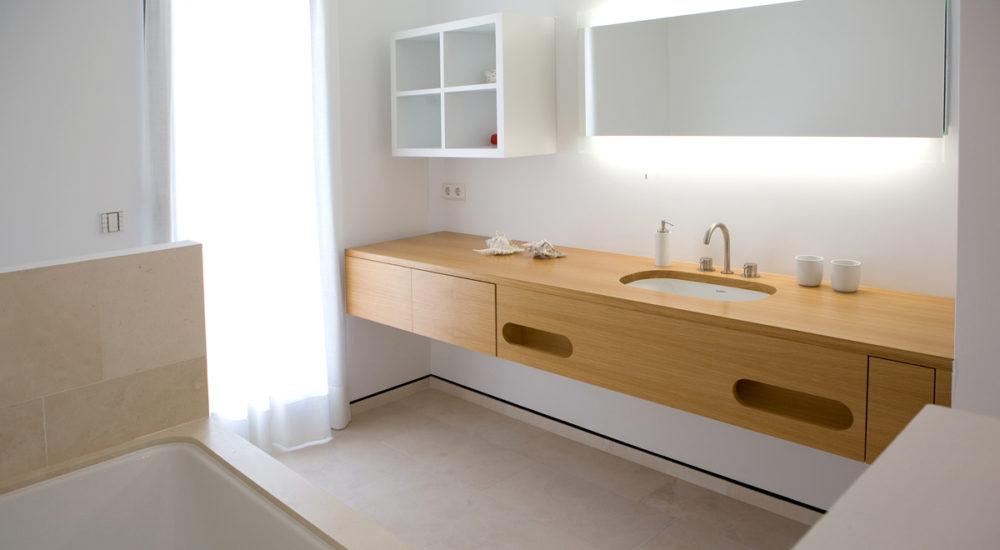 Badschrank mit Handtuchhaltern