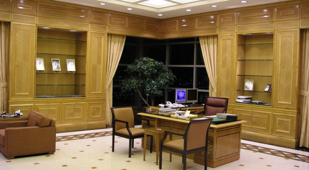 Schreibtisch mit Glasplatte sowie Furnierintarsien und eingelegtem Messing
