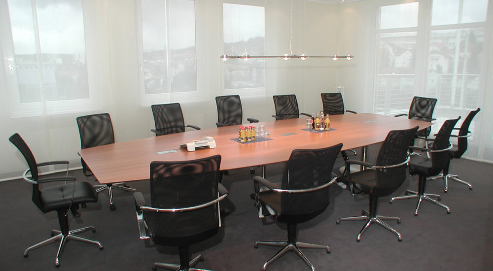 Konferenztisch aus Birnbaum mit Medienklappen