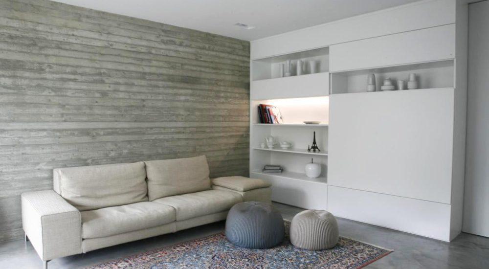 TV Wand mit Schiebetüren und indirekter Beleuchtung