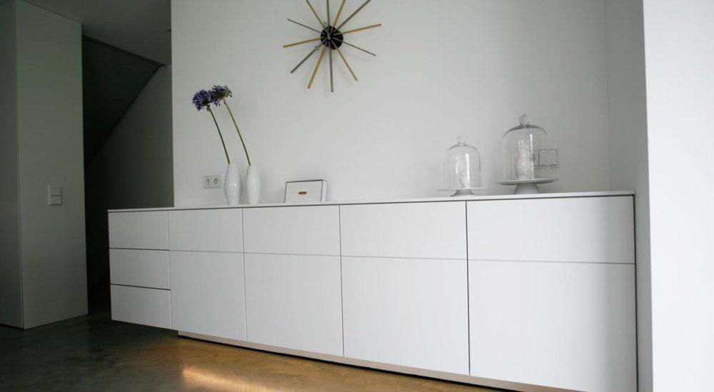 Weißes Sideboard mit grifflosen Schubladen