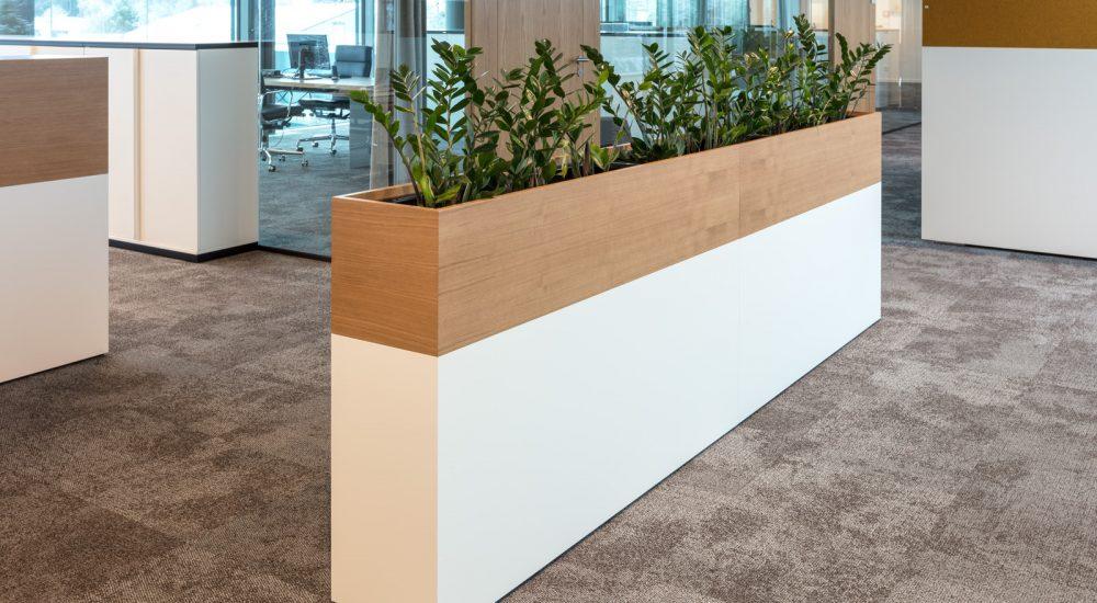 Halbhohe Raumteiler mit Bepflanzung
