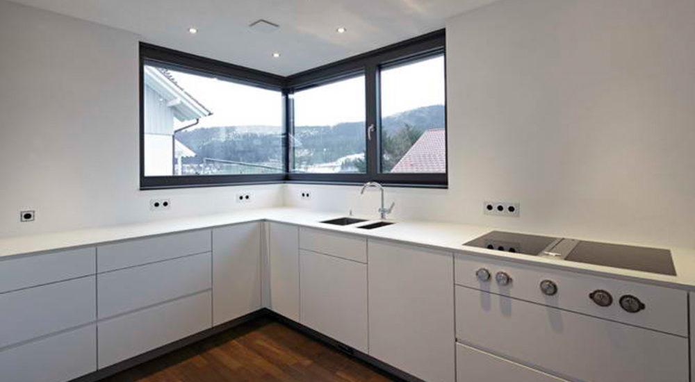 Schlichtes Design der Küche mit Steinarbeitsplatte