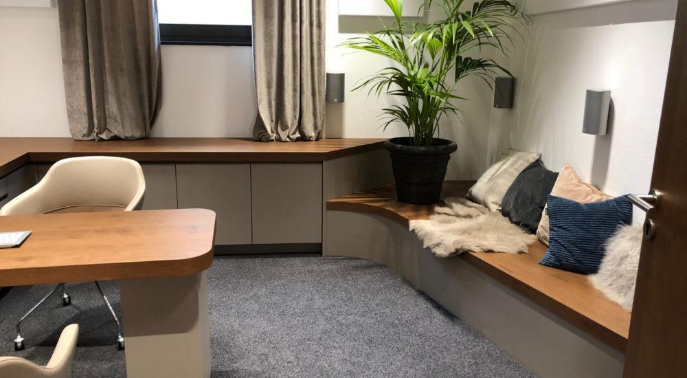 Büroeinrichtung mit Sitzbank