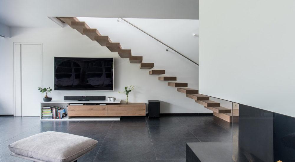 Freischwebende Treppe und schlichtes TV Möbel