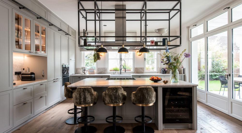 Moderne Küche mit Kochinsel im Landhausstil