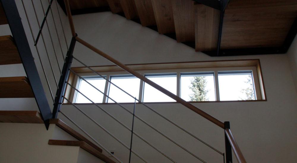 Moderne Eichentreppe mit Stahlgeländer und Eiche Handlauf