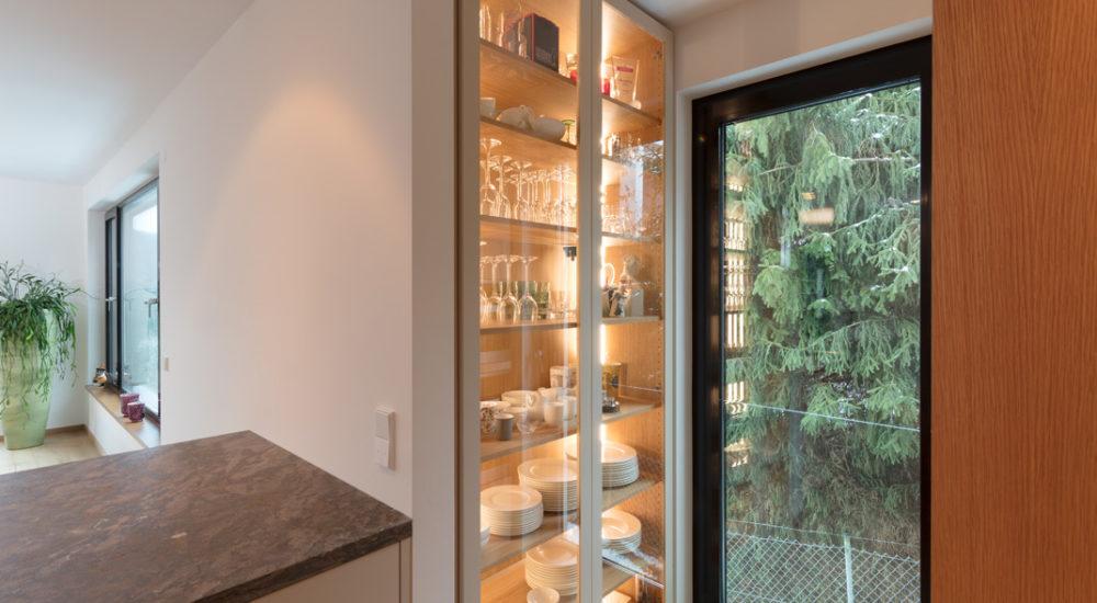 Einbau Küchenschrank beleuchtet mit Glastüren