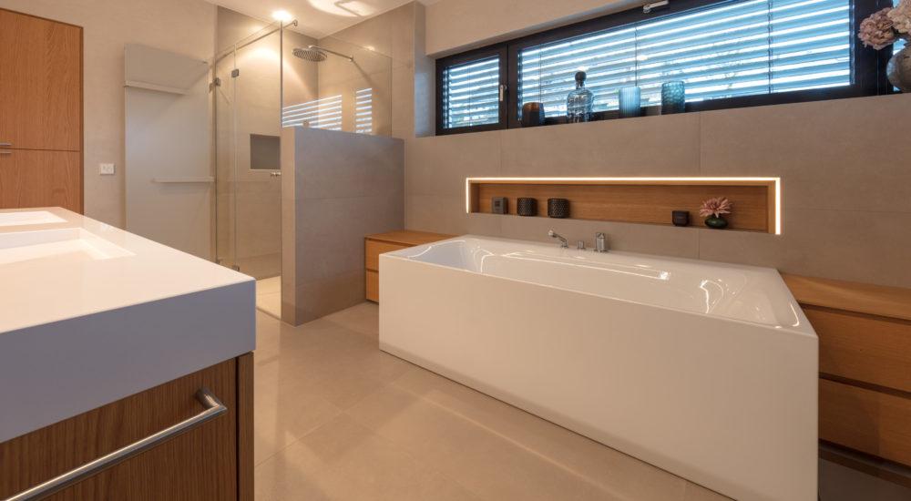 Badezimmermöbel mit beleuchteter Ablagenische