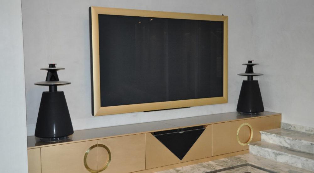 TV Möbel mit eingefärbtem Furnier