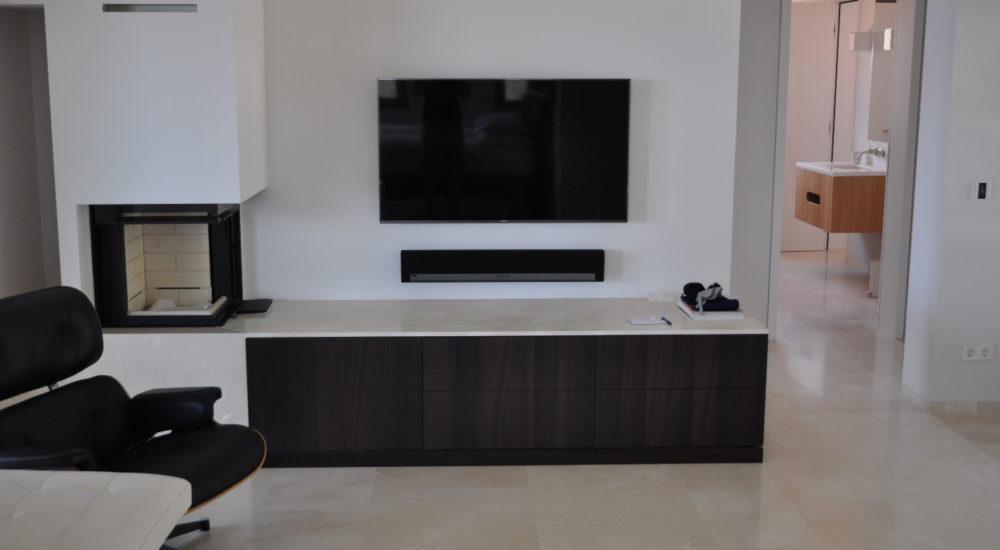 Schlichtes TV Möbel mit Ablage zum Holzkamin