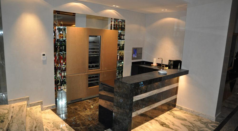 Bar mit Weinkühler und Küchenzeile